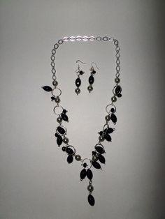 Juego de aretes y collar de cadena plateada, perlas grises y piedras negras