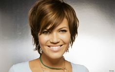 i think mandy moore looks better in short hair. Short Hair With Bangs, Short Hair Cuts, Short Hair Styles, Short Wavy, Short Pixie, Mandy Moore Short Hair, Growing Out Hair, Corte Y Color, Sassy Hair