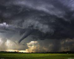 Названия  продолжительных ветров зависят от силы, ими являются бриз, буря, шторм, ураган, тайфун,некоторые грозы могут длиться несколько минут, бриз, который зависит от разницы нагрева особенностей рельефа на протяжении суток, длится несколько часов, глобальные ветры, вызванные сезонными изменениями температуры,муссоны имеют продолжительность несколько месяцев, тогда как глобальные ветры, вызванные разницей в температуре на разных широтах и силой Кориолиса, дуют постоянно и называются…