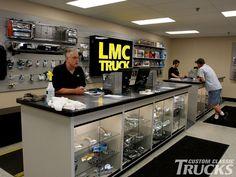 1002cct_01_o+lmc_truck_shop_tour+vintage_parts_vendor.jpg (1600×1200)