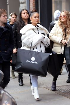 Ariana Grande Went Breakup Shopping and Basically Bought Out Chanel - Celebs Ariana Grande Outfits, Ariana Grande Cute, Ariana Grande Fotos, Ariana Grande Pictures, Ariana Grande Wallpaper, Accesorios Casual, My Idol, Cute Outfits, Picture Outfits