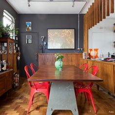 This old apartment got a major renovation, including new woodwork, vintage elements and industrial furniture. (in Portuguese)