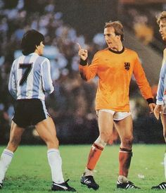 Argentina 3 Holland 1 in 1978 in Buenos Aires. Johan Neeskens lectures Luis Galvan in the World Cup Final. Retro Football, World Football, Football Soccer, Barcelona Team, English Football League, Soccer Boots, Time In The World, National Football Teams, World Cup Final