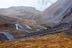 Les lacets du col du Stelvio en Italie offrent de très beaux paysages et de très belles courbes pour les amateurs.