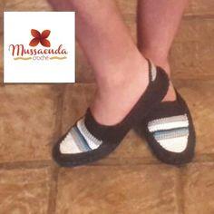 Calzado casual para caballeros hecho a mano en la técnica de crochet. Por #MussaendaCroche. https://www.facebook.com/MussaendaCroche https://www.instagram.com/mussaendacroche/ https://twitter.com/MussaendaC #moda #estilo #crochet #hechoamano #Venezuela #fashion #style #handmade #crochetshoes #zapatosparahombres
