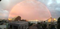 また虹出た!と思ってパノラマ撮影したら凄まじい事に なんか異世界への門みたいになってんぞオイ… pic.twitter.com/gU0WbVUwxH