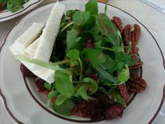 Ensalada de berros con queso ranchero en salsa de fresas