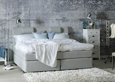 Wandfarbe stehlampe fellteppich Betonoptik grau sofa