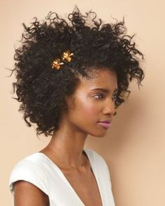From half-up half-down looks to a low messy bun, get inspired by these simple wedding hairstyles. These easy wedding hairstyles prove that you don't need a fancy chignon or intricate updo to look amazing on your big day! Curly Wedding Hair, Simple Wedding Hairstyles, Work Hairstyles, Short Curly Hair, Curly Hair Styles, Natural Hair Styles, Vintage Hairstyles, 1980s Hairstyles, Kinky Hairstyles