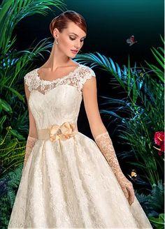 Elegant Lace Scoop Neckline A-line Wedding Dress With Handmade Flowers