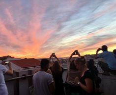 Uno de los mejores lugares para ver la puesta de sol en Lisboa y la mais concurrida! (Se me pega el acento ). Melodijo @latortuguitablanca -Obrigado! . . . . . . . #parkbar #lisbon #lisboa #portugal #escapada #escapadaromantica #fempreneur #lugaresimperdibles #nothingisordinary #mimomentoslow #mompreneur #weekend #bossbabes #goodvibes #instatravel #puestadesol #enjoythelittlethings