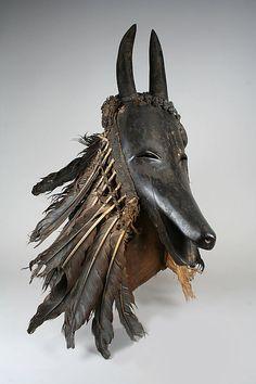 """Máscara, cabra """"Je"""", ( povo Guro ou Baule ), madeira, penas, algodão. Costa do Marfim - The Metropolitan Museum of Art"""