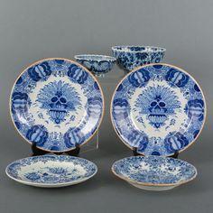 Twee aardewerk pauwenborden, twee wandborden met blauw-wit bloemenmand- en floraal decor en twee kommen met blauw-wit floraal decor, Tichelaars Makkumer Aardewerk- en tegelfabriek, Makkum.