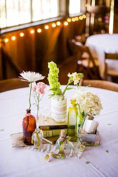 Una mezcla de flores y botellas con encanto / A lovely mix of flowers and interesting bottles