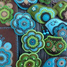 Embroidered Felt by Rosalia - her site is filled with beautiful pieces! Felt Christmas Decorations, Felt Christmas Ornaments, Felt Flowers, Fabric Flowers, Diy Flowers, Felted Wool Crafts, Wool Embroidery, Wool Art, Felt Brooch