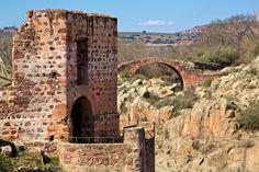 Esta construcción formaba parte de la Vía Augusta, prodigiosa obra de ingeniería civil que conectaba la capital del Imperio, Roma, con Gades (Cádiz).