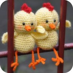 Grietjekarwietje: Haakpatroon: Bertje het kuiken - I don't know what that says, but these little guys are the cutest! And you can have google translate it so you can make them!!!