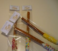 make your own for a harry potter or magician themed party! Get some pretzel sticks, dip them in melted vanilla or chocolate and put some sprinkles on them! Magic Wand Harry Potter, Harry Potter Treats, Harry Potter Food, Harry Potter Halloween, Harry Potter Theme, Harry Potter Classes, Magician Party, Harry Potter Birthday Cake, Harry Potter Baby Shower
