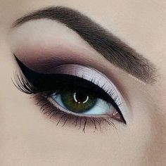 When it comes to eye make-up you need to think and then apply because eyes talk louder than words. The type of make-up that you apply on your eyes can talk loud about the type of person you really are. Kiss Makeup, Cute Makeup, Pretty Makeup, Hair Makeup, Eyeliner Makeup, Glitter Eyeliner, Mac Eyeshadow, Eyeshadows, Plum Eye Makeup