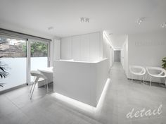 witte moderne balie - wachtzaal #dental #interiordesign #dentaldesign © Bart Gosselin