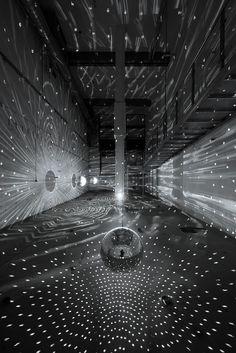 Lichtsprenkel um eine Galaxy zu verdeutlichen. Vielleicht auch als verbindendes Element zwischen den Infos im Orbit.