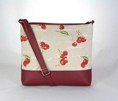Liana je menšia praktická kabelka jednoduchého strihu. Vyrobená je zo zmesovej dekoračnej látky a koženky. Zatvára sa na zips, podšitá je bavlnou s voľným aj zipsovým vreckom. Popruh je dlhý max 13...