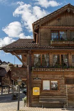Switzerland Travel: Reise-Tipps für Gstaad, Schweiz Gstaad Switzerland, Charming House, Restaurant, The Places Youll Go, Austria, Travel Photos, Cabin, House Styles, City