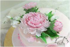 sugar peonies and sweet pea - elements of wedding cake. Cukrowe piwonie i groszek cukrowy - elementy tort ślubnego. Więcej na www.pieceacake.pl/77