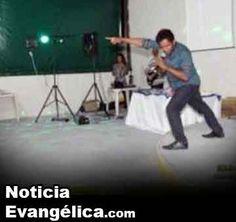 Pastor ora por celulares de sus fieles y se vuelve viral en WhatsApp