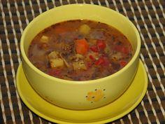 Przepis na pożywna zupa gulaszowa. Mięso wołowe opłukać, osuszyć i pokroić w kostkę. Zrumienić na oleju w dużym garnku. Cebule obrać i pokroić w kostkę. Pieczarki opłukać i pokroić w plasterki.