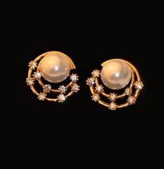 18 kt yellow gold satin flower with center 3 mm Cultivated Pearl screwabck earrings