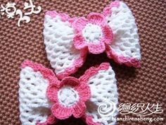 Crocheted Bow: The pattern is in NOT English, but there are some pictures that will help, so if you have decent crochet skills you might be able to pound it out.I'll give it a whirl in the days to come. Bandeau Crochet, Crochet Hair Bows, Crochet Hair Accessories, Love Crochet, Crochet Motif, Crochet Flowers, Crochet Headbands, Crochet Crafts, Yarn Crafts