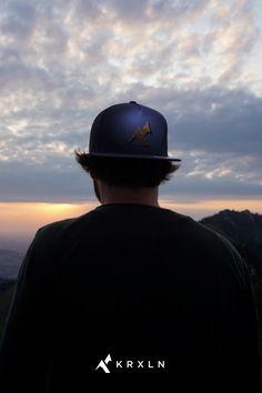 Wer kennt dieses Naturspektakel nicht, diesen einen besonderen Moment, wenn die Sonnenstrahlen das letzte Mal während des Tages die Natur zur Bühne machen? Eine ganz besondere Atmosphäre ist dabei zu spüren. Gipfel eignen sich dabei am Besten, dieses romantische Naturschauspiel zu betrachten. Baseball Hats, Collection, Fashion, Sun Rays, Mountain Climbing, Women's, Moda, Baseball Caps, Fashion Styles