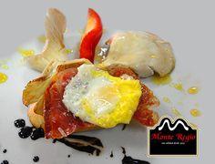 ¡Feliz Lunes! ¿Quién se apunta a nuestro aperitivo #MonteRegio? Pan tostado, setas, huevo de codorniz, jamón serrano y vinagre de módena ¡Así da gusto empezar la semana!