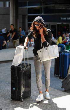 Irina Shayk rocks hoodie and jogger pants Jogger Pants Outfit, Sweatpants Outfit, Irina Shayk Estilo, Irina Shayk Photos, Airplane Outfits, Airport Style, Airport Chic, Airport Outfits, Style Casual