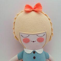 He encontrado este interesante anuncio de Etsy en https://www.etsy.com/es/listing/118834640/charlotte-18-cloth-doll-rag-doll