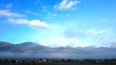 今朝も安曇野は深い霧に包まれました。 例年ですと、10月に入ると、こんな霧が安曇野ではよく発生するんですけど、今年は、紅葉と同じく霧の発生も遅れたって感じで、今頃になってようやく、よく発生するようになってきた感じがします。  田んぼの畔の黄色い花と霧の風景。黄色い花は、たぶん、オグルマかな・・・。   深い霧に包まれた穂高から三郷まで走ったところで、霧が晴れ始めました。その霧が晴れ始めた場所から常念岳方向を見ると、霧が山の麓に一直線に停滞し、層雲を形成しているのが見えました。こんな風景も、ちょっと味があって悪くないですよね。(^^)   こちらは、その層雲を、田んぼの畔に雑草化して、まだ咲いていた蕎麦の花と一緒に撮ってみました。(^^)   早起きの必要はあるかもしれませんけど、この時期の安曇野に訪れたら、霧のある風景を狙ってみるなんてのも、味がある風景が撮れて、いいかもしれませんね・・・。(^^)