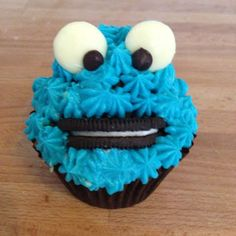 How to make Cookie Monster cupcakes via @Guidecentral #cupcakes #cupcakeideas #cupcakerecipes #food #yummy #sweet #delicious #cupcake