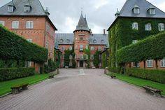 Gå på en exklusiv, guidad tur på ett av Skånes största, privatägda slott, Trollenäs Slott. Upplev magnifika interiörer och hör om slottets fascinerand
