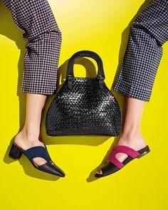 Testoni: la versione estiva della Monica bag,   realizzata in prezioso intreccio dal naturale effetto corteccia.