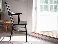 Karmstolen med hög rygg i nya IKEA PS 2012 kollektionen känns modern och klassisk på en och samma gång. Designer Ebba Strandmark, som bland annat tänkte på långa middagar när hon formgav stolen, ville göra den så bekväm som möjligt.
