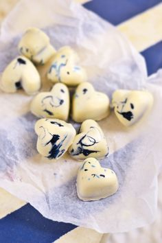 Valkosuklaa-Mustikkakonvehdit Christmas Candy, Christmas Baking, Christmas Diy, Sweet Desserts, Sweet Recipes, Oh Fudge, Kids Menu, Chocolate Sweets, Candy Cookies