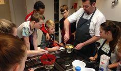 Onlangs heeft chef-kok Roderick Seubers een gastles gegeven aan leerlingen die het keuzevak culinair volgen. Na een voorstelrondje en diverse vragen konden de leerlingen aan de slag. In twee groepen werden er chocoladelollies gemaakt. Eén groep ging de buitenkant van de lolly voorbereiden en het proces van de karamel ervaren.  Lees verder op onze website.