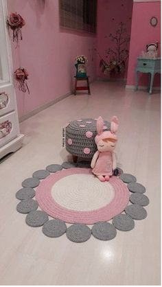 Round crochet rug made with owl graphic Crochet Doily Rug, Crochet Carpet, Crochet Patterns Amigurumi, Diy Crochet, Crochet Decoration, Crochet Home Decor, Draps Design, Crochet Furniture, Knit Rug