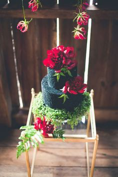 Floral Wedding Cake || Beautiful Black Wedding Cake by Cakebee || PHOTO SOURCE • ONE SUMMER DAY