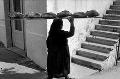 10857291_453419664810367_5277685116736192661_o Old Images, Old Photos, Vintage Photos, Italian People, Italian Life, Greece Photography, Street Photography, White Photography, Baguette