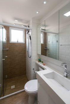 Azulejo Metrô White Eliane Revestimentos no banheiro projetado por Arquitetura O Cubo. Contemporary Bathroom Designs, Bathroom Design Small, Bathroom Layout, Bathroom Colors, White Bathroom, Bathroom Interior, Modern Bathroom, Mirror Bathroom, Bad Inspiration