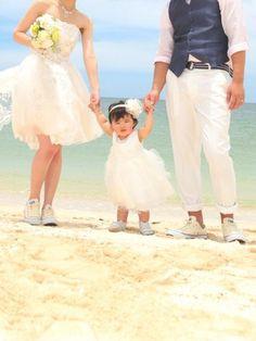ママ&パパ、そして可愛い娘さんの3人の足元は、もちろんコンバース! さすがコンバースは、ミニドレスとの相性が良いですね。