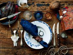 Duka med personlighet! PROMENAD tallrikar, LÖJA bestick, DIOD blått glas, FRASERA whiskyglas, SNITTA svart kniv.