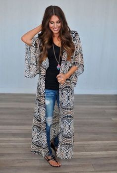 Fashionista 30 good concepts to put on a (very) lengthy kimono 6 Steps to Tremendous Glossy Trendy H Long Kimono Outfit, Kimono Diy, Moda Kimono, Kimono Cardigan, Kimono Style, Kimonos Fashion, Fashion Outfits, Womens Fashion, Look Boho